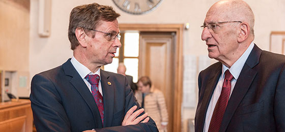 Pascal Couchepin, former Federal Councillor, talking to Hans-Jürg Käser, President of the Cantonal Government