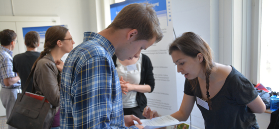 This picture shows a young researcher engaged in conversation with an SNSF member. © Communication Department, University berne