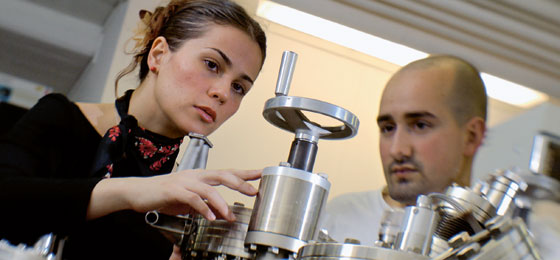 Two young researchers working together on a mechanism. © SNSF/Charles Ellena